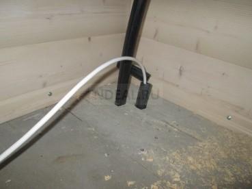 внутри дома водопроводный и электрический кабель