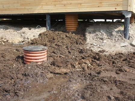 вход на сваях канализационная труба с утеплением