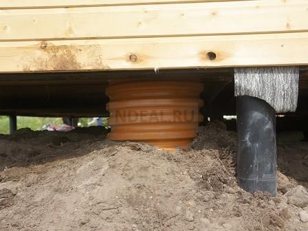 вход на сваях канализационная труба