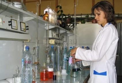 в лаборатории производят анализ воды