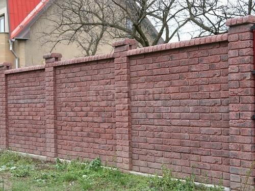забор отделан клинкерной плиткой