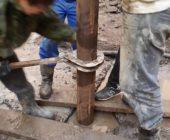 монтаж металлической обсадной трубы