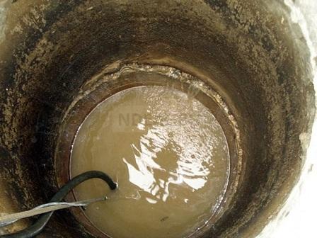 колодец с грязной водой